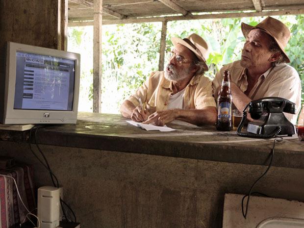 Virgílio encontra na internet e anota o endereço da ONG de Rodrigo (Foto: Amor Eterno Amor / TV Globo)