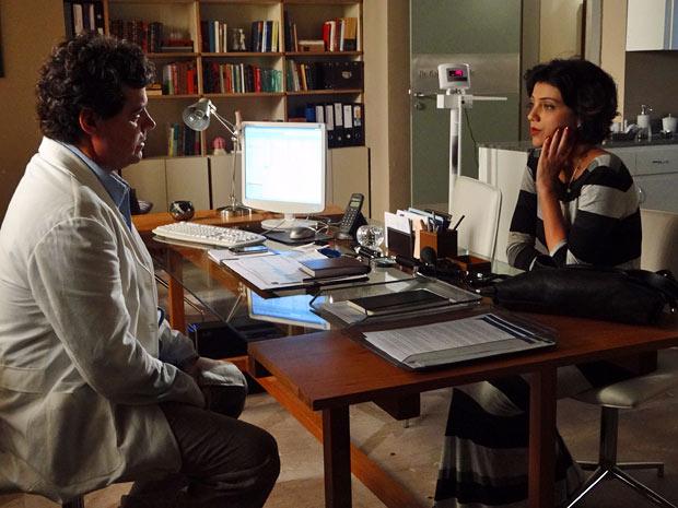 Gabriel percebe que Miriam sente algo a mais por Rodrigo (Foto: Amor Eterno Amor/TV Globo)