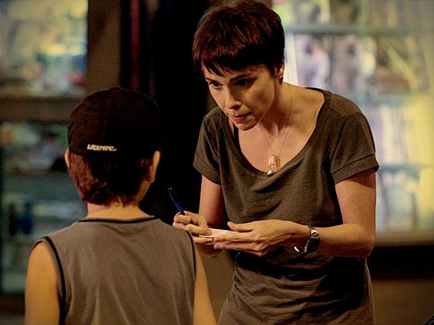 Para alertar Tufão, Nina pede um menino para entregar o bilhete ao ex-jogador (Foto: Avenida Brasil/ TV Globo)
