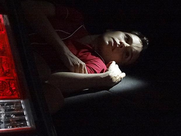 Nina escuta toda a conversa escondida na mala do carro (Foto: Avenida Brasil/TV Globo)