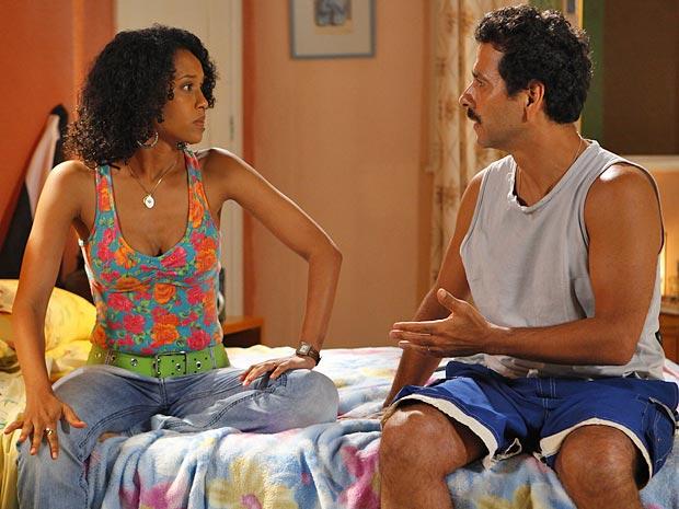 Ih, Sandro... Fula com a dívida, Penha enfrenta o marido (Foto: Cheias de Charme / TV Globo)