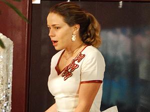 Rosário fica encantada com o ídolo (Foto: Cheias de Charme / TV Globo)