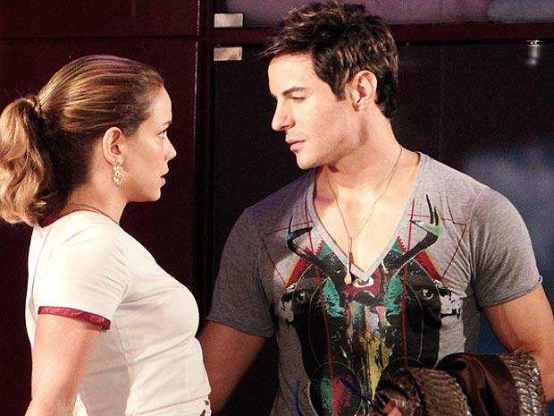 Rosário pede segredo a Fabian (Foto: Cheias de Charme / TV Globo)