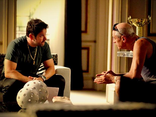 Ex-jogador não consegue disfarçar e acaba contando para Leleco sobre a carta (Foto: Avenida Brasil/ TV Globo)