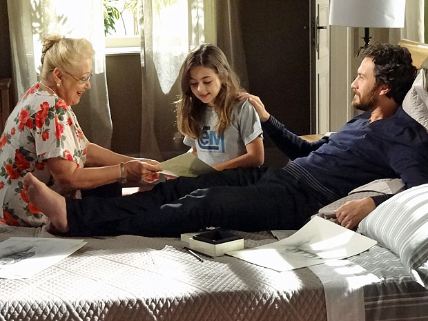 Clara fica emocionada ao reconhecer Lexor em desenho de Rodrigo (Foto: Amor Eterno Amor/TV Globo)