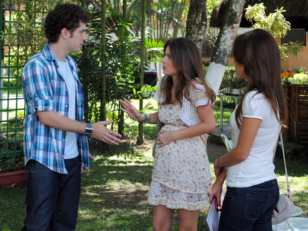 Cristal impede Gabrielde se aproximar de sua barriga (Foto: Malhação / TV Globo)