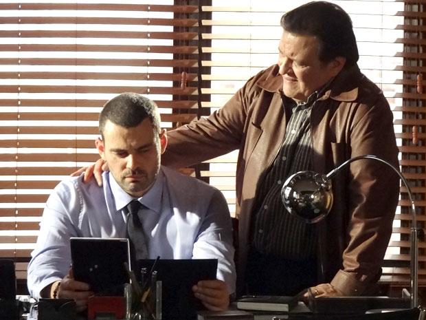 Penalizado, Dimas tenta conversar com Fernando (Foto: Amor Eterno Amor/ TV Globo)