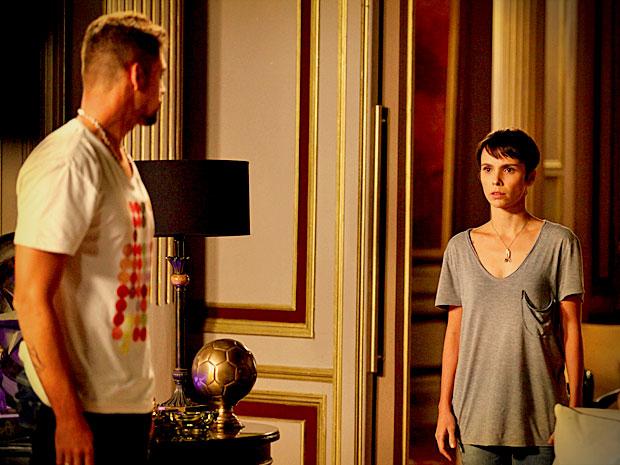 Nina mostra adesivo que seria de visita a hospital e Jorginho fica ressabiado (Foto: Avenida Brasil/ TV Globo)