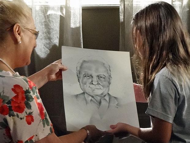 Desenho de Rodrigo retrata o rosto de Lexor (Foto: Amor Eterno Amor/TV Globo)