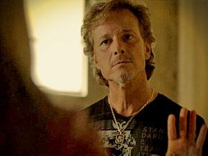 Max diz que Nina virou suspeita do sequestro e sugere que é uma boa ideia (Foto: Avenida Brasil/ TV Globo)