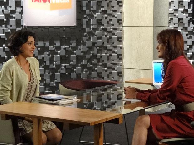 Miriam dribla o nervosismo durante entrevista e é só elogios para Rodrigo (Foto: Amor Eterno Amor/ TV Globo)