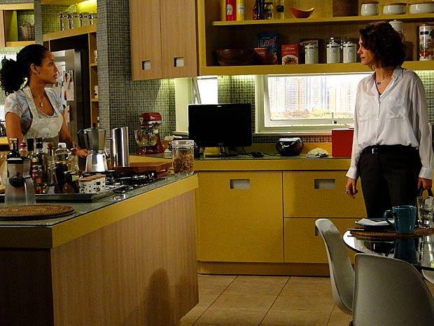 Lygia fica com o pé atrás com Penha (Foto: Cheias de Charme / TV Globo)