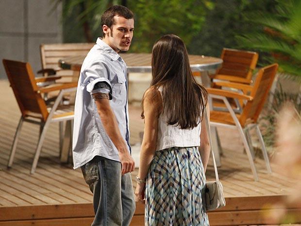 Rodinei aparece por lá e estraga tudo (Foto: Cheias de Charme / TV Globo)