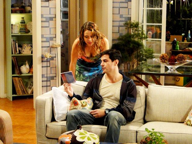 Inácio não gosta nada de ver o CD de Fabian na casa de sua namorada (Foto: Cheias de Charme / TV Globo)