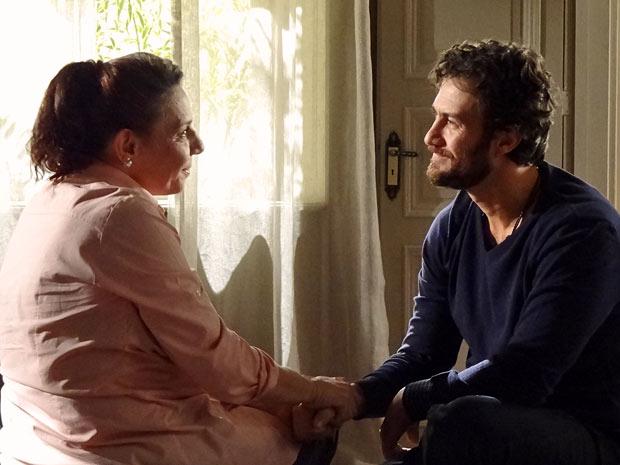 Teresa e Rodrigo ficam felizes com os resultados dos exames (Foto: Amor Eterno Amor/TV Globo)