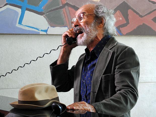 Virgílio pede o telefone de Rodrigo a Dimas (Foto: Amor Eterno Amor/TV Globo)
