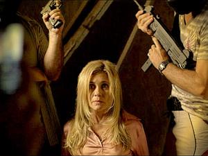 Carminha se diverte com farsa e posa de coitadinha com sequestradores (Foto: Avenida Brasil/ TV Globo)