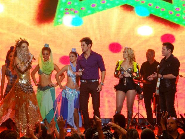 Chayene invade show da banda Calypso e rouba a cena (Foto: Cheias de Charme/TV Globo)