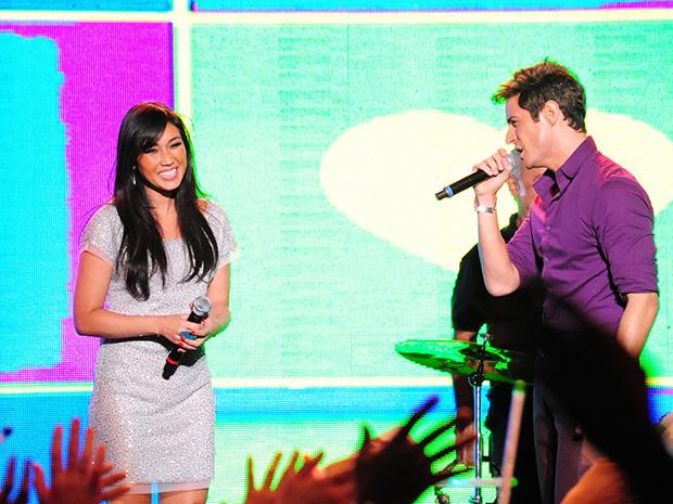 Fabian canta música para Danielle Suzuki, acabando com o sonho de Rosário (Foto: Cheias de Charme/TV Globo)