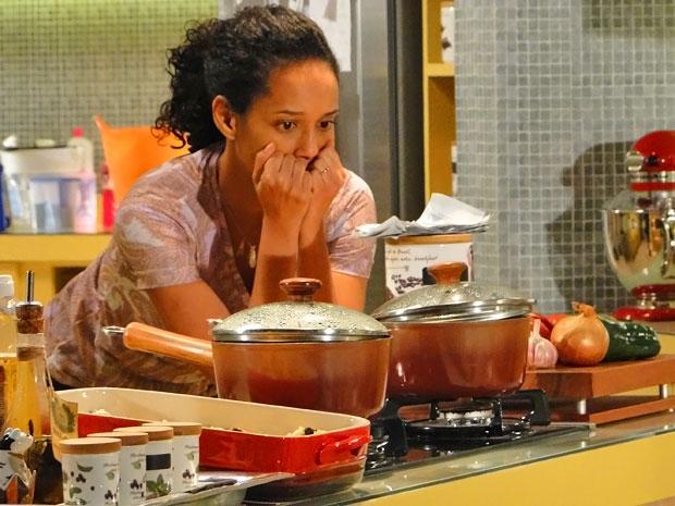 Numa sinuca de bico, Penha não sabe o que fazer com o dinheiro que encontrou (Foto: Cheias de Charme/ TV Globo)