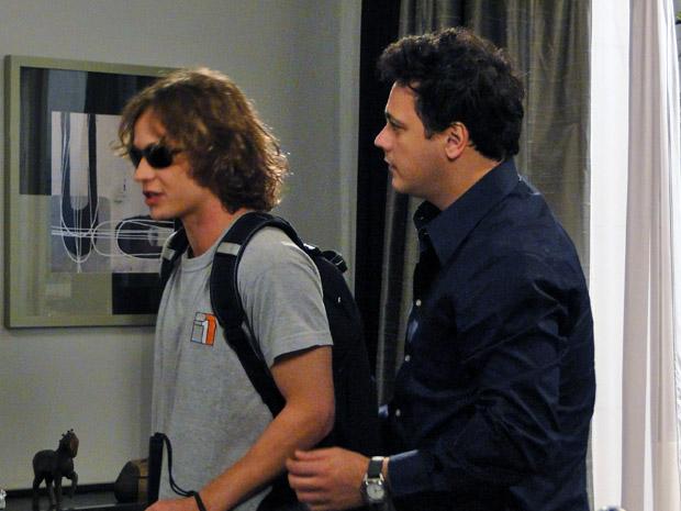 """""""Eu não vejo, mas eu enxergo"""", diz Filipe, se referindo à ajuda de Fabiano em direção à porta (Foto: Malhação / Tv Globo)"""