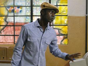 Fôjo aconselha Moisés a não tocar em Gabriel. O líder comunitário volta atrás na decisão (Foto: Malhação / Tv Globo)