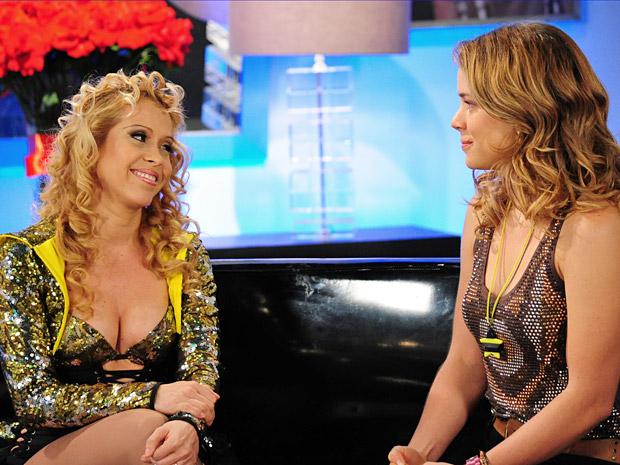 Na cena, Joelma se diverte ao lado da personagem de Leandra Leal (Foto: Cheias de Charme/ TV Globo)