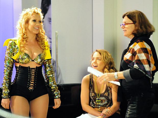 Denise Saraceni dirige o show de Joelma em Cheias de Charme (Foto: Cheias de Charme/ TV Globo)