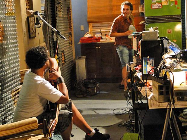 Naldo fica preocupado ao saber que sua mãe ligou (Foto: Cheias de Charme/ TV Globo)