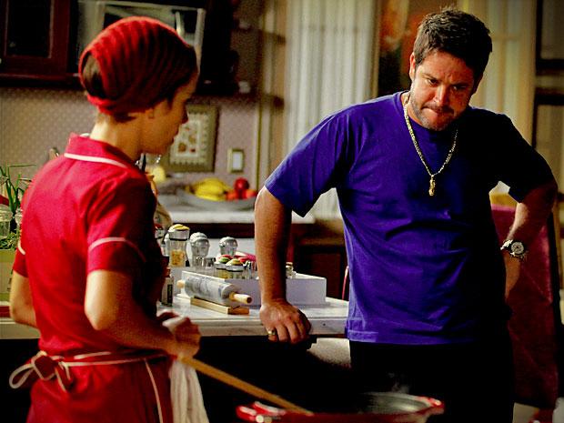 Meio a contragosto, Tufão resolve dispensar Nina por uns dias (Foto: Avenida Brasil/ TV Globo)