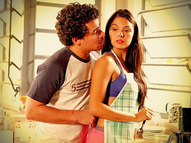 Leandro quer relacionamento sério, mas Suelen assume que não presta (Foto: Avenida Brasil/ TV Globo)