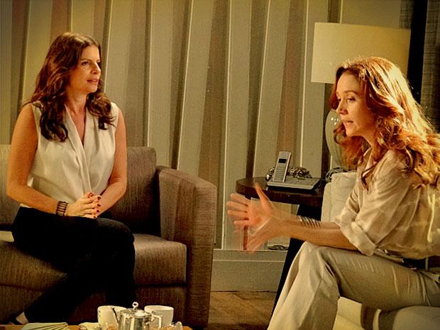 Verônica e Noêmia planejam como vão unir os filhos (Foto: Avenida Brasil/ TV Globo)