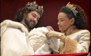 Maria Cesária fica com Rei Augusto e, enfim, se torna a Rainha de Seráfia!  (Cordel Encantado / TV Globo)