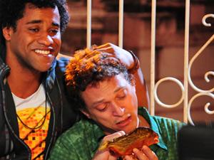 Naldo e Kleiton choram pela falta de Socorro (Foto: Cheias de Charme/ TV Globo)