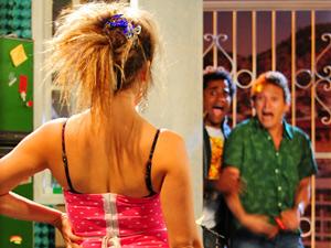 Socorro aparece e dá o maior susto na dupla (Foto: Cheias de Charme/ TV Globo)