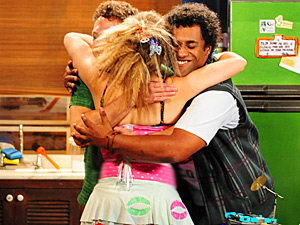Ela volta poderosa e cai nas graças de Naldo e Kleiton (Foto: Cheias de Charme/ TV Globo)