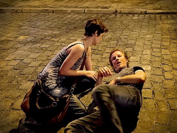 Malandro fica impressionado com atitude de Nina (Foto: Avenida Brasil/ TV Globo)