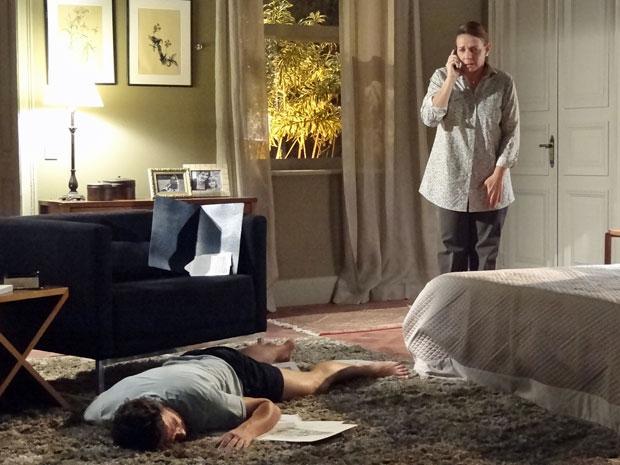 Teresa fica aflita e liga para a casa de Gabriel ao ver Rodrigo desmaiado (Foto: Amor Eterno Amor/TV Globo)