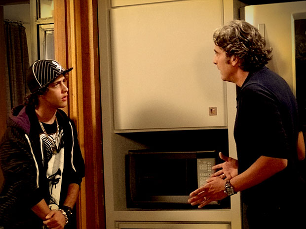 Cadinho tem um ataque quando ouve que Tomás está apaixonado por Débora (Foto: Avenida Brasil/ TV Globo)