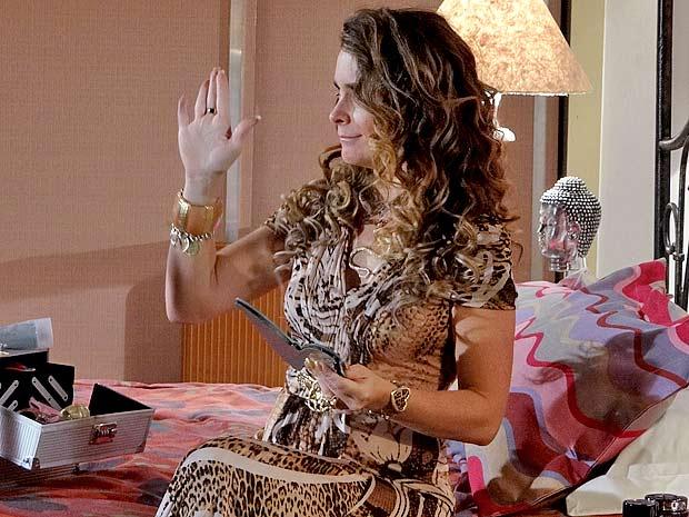 Sai da frente que Chayene quer ver o couro de Rosário (Foto: Cheias de Charme / TV Globo)