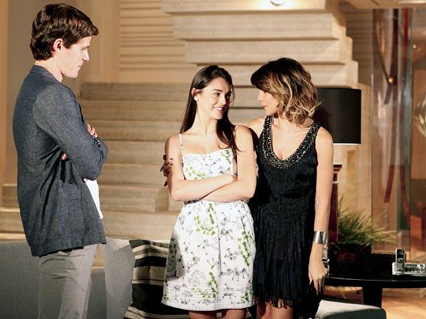 Isadora promete tomar conta de Conrado para Cida (Foto: Cheias de Charme / TV Globo)