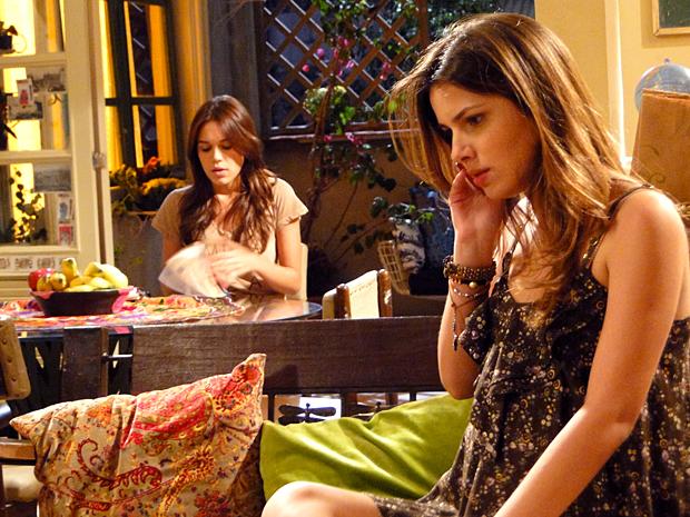 Cristal tenta falar com Gabriel, mas telefone está fora de área (Foto: Malhação / TV Globo)