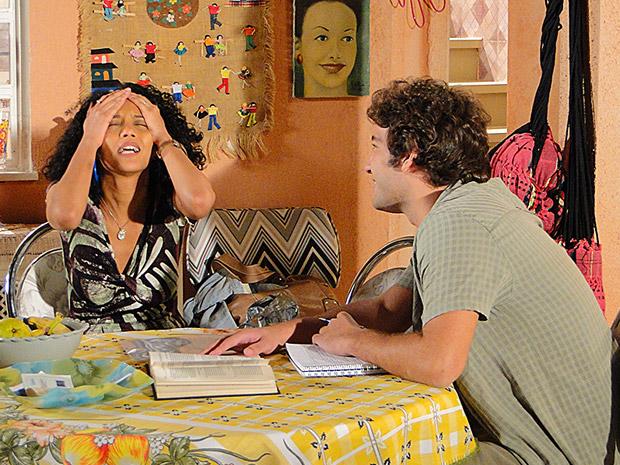 Penha comemora a boa notícia!  (Foto: Cheias de Charme/TV Globo)
