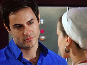 Fabian defende Rosário (Foto: Cheias de Charme/TV Globo)