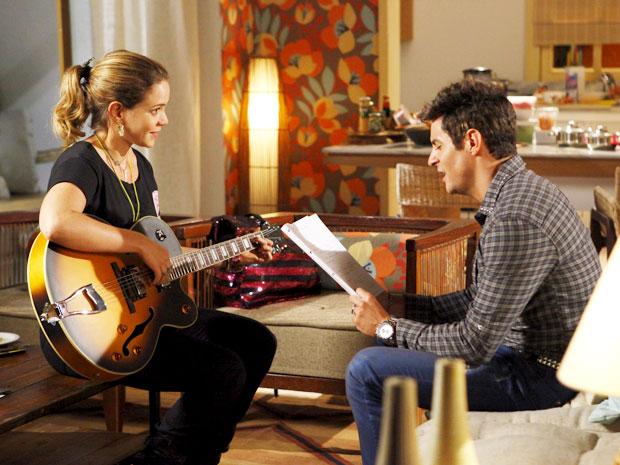 Fabian se encanta com a música de Rosário (Foto: Cheias de Charme / TV Globo)
