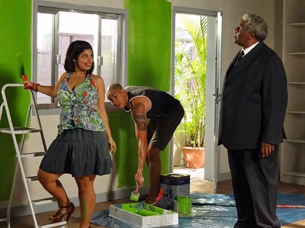 No apartamento de Pedro, Gracinha convence Jair a pintar a sala de verde (Foto: Amor Eterno Amor/TV Globo)