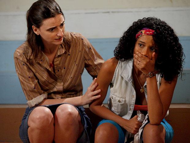 Penha fica arrasada com mais um vacilo de Sandro (Foto: Cheias de Charme / TV Globo)