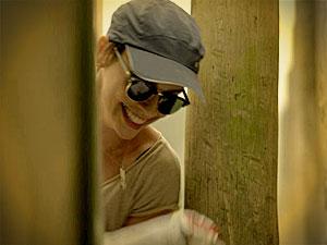 Nina pega a parte do dinheiro do resgate que Max escondeu (Foto: Avenida Brasil/ TV Globo)