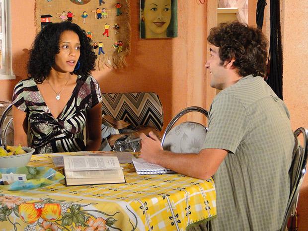 Elano conta para Penha que ele resolveu o problema com a prefeitura (Foto: Cheias de Charme/TV Globo)
