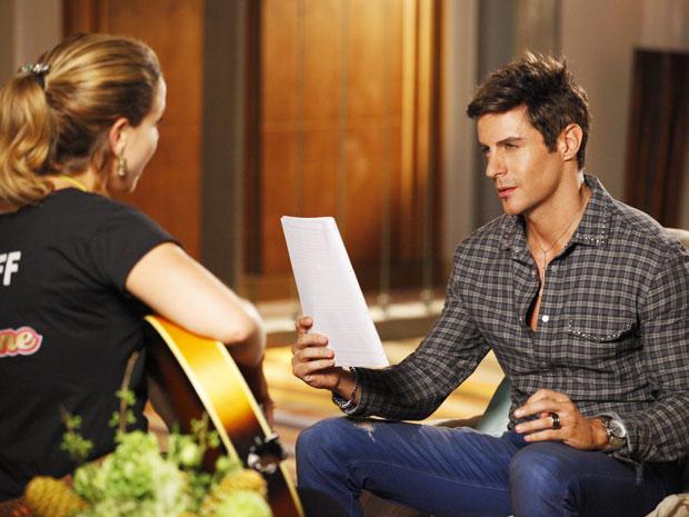 Rosário canta sua própria canção para seu ídolo (Foto: Cheias de Charme / TV Globo)